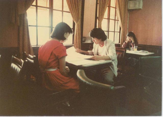 画像: 1982年明星珈琲館にて「冬冬の夏休み」脚本を練っている侯孝賢と朱天文 写真提供:朱天文