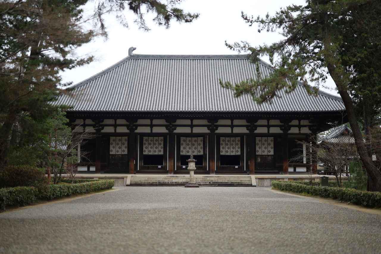 画像: 世界文化遺産・唐招提寺 金堂 奈良時代・天平宝宇3(759)年 国宝 鑑真は東大寺で精力的に授戒を行い多くの僧侶を輩出したあと、朝廷よりこの土地を賜り自らの寺を建立して晩年を過ごした。奈良時代の金堂がほぼそのまま残るが、屋根は江戸時代・元禄期の修理改宗でより高く、勾配を急峻に改造されている。なお三体の本尊の中央、盧舎那仏坐像も和上像と同じく脱活乾漆像で、千手観音と薬師如来の立像は木芯乾漆(この三体の他、木像の四天王、梵天、帝釈天もすべて国宝)。