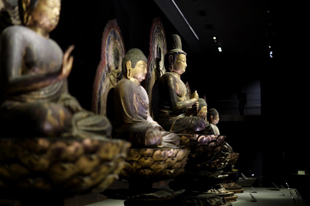 画像: 五智如来坐像 平安時代9世紀 京都・安祥寺 国宝 手前から、不空成就如来、阿弥陀如来、大日如来、宝生如来、阿閦如来