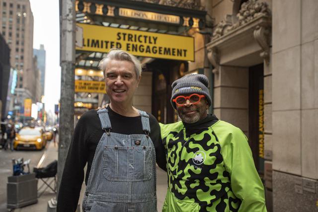 画像: 左よりデイヴィッド・バーンとスパイク・リー監督 メイキング写真 ©2020 PM AU FILM, LLC AND RIVER ROAD ENTERTAINMENT, LLC ALL RIGHTS RESERVED