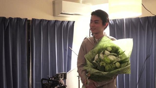 画像: 『花束みたいな恋をした』メイキング映像【麦と絹のクランクアップ】 youtu.be
