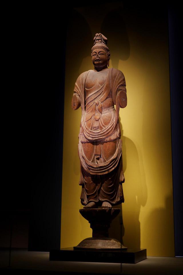 画像: 伝獅子吼菩薩立像 奈良時代8世紀 奈良・唐招提寺 国宝 失われてしまった腕以外は、頭頂から台座の蓮の芯の部分まですべてを一本の堅いカヤ材から彫り出した一木造りで、均整の取れた七頭身のふくよかな体躯、エキゾチック(インド風?)の顔、シャープな木彫技術の精度の高さから、鑑真が日本に伴った唐の仏師の作ではないかという説がある。こうした一木造りの仏像はその後平安時代前期の仏像の標準になるが、だとしたら鑑真が日本の仏教文化に与えた大きな影響のひとつとも考えられる。 獅子吼菩薩と伝わっているが、額の中央に第三の目が彫られていることや、腕の数、衣の一部に鹿革が表現されていることなどから、本来は不空羂索観音菩薩だったと考えられる。