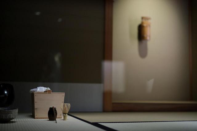 画像: 手前に耳付茶入 銘「大江」 江戸時代17世紀、奥に小堀遠州作の一重切竹花入 銘「藤浪」江戸時代17世紀 共に根津美術館蔵