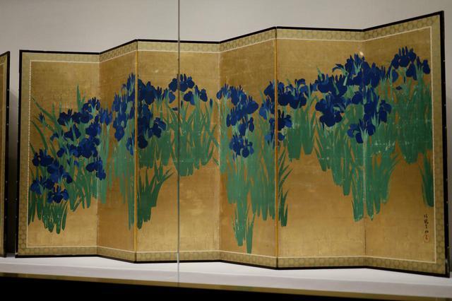 画像: 尾形光琳 燕子花図屏風 江戸時代18世紀 根津美術館蔵 国宝 右隻 金地に濃淡や明暗があるように写っているのは光の反射によるもので、角度や距離で見え方が変わる