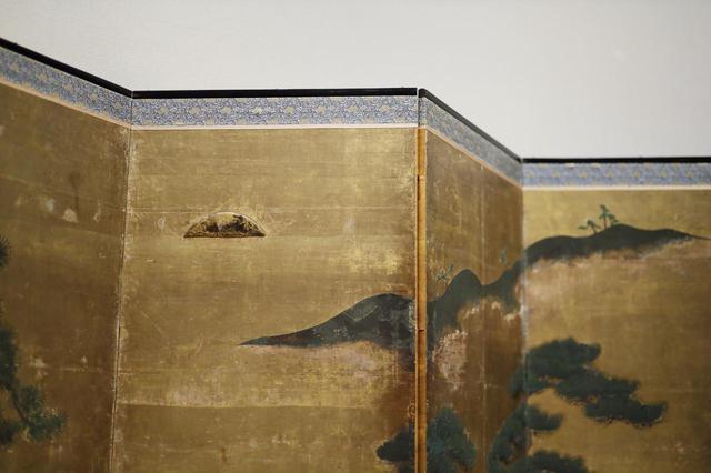 画像: 松槙図屏風 室町時代16世紀 個人蔵 金属板を貼って立体的に表現されて金箔が貼られた太陽