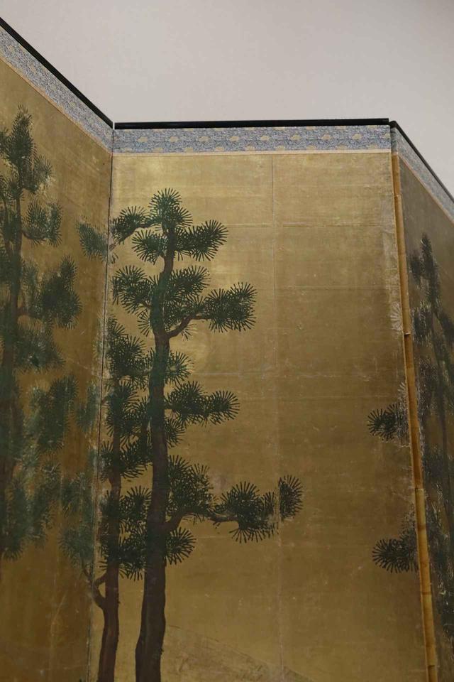画像: 松槙図屏風 室町時代16世紀 個人蔵 槙は聖地高野山とのゆかりもある神聖な木