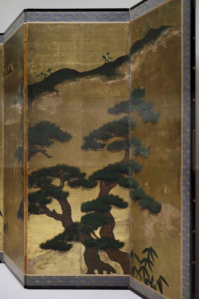 画像: 松槙図屏風 室町時代16世紀 個人蔵 冬にも枯れず四季を通じて青々とした松は、日本では定番の吉祥モチーフ