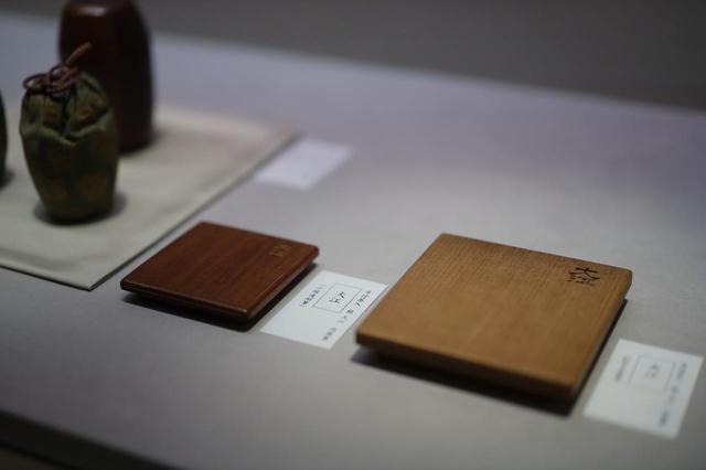 画像: 茶入の「大江」を納める箱の蓋。右の外箱の蓋の「大江」の文字は松平不昧筆、左の内箱の蓋の金字の「大江」は小堀遠州筆 根津美術館蔵
