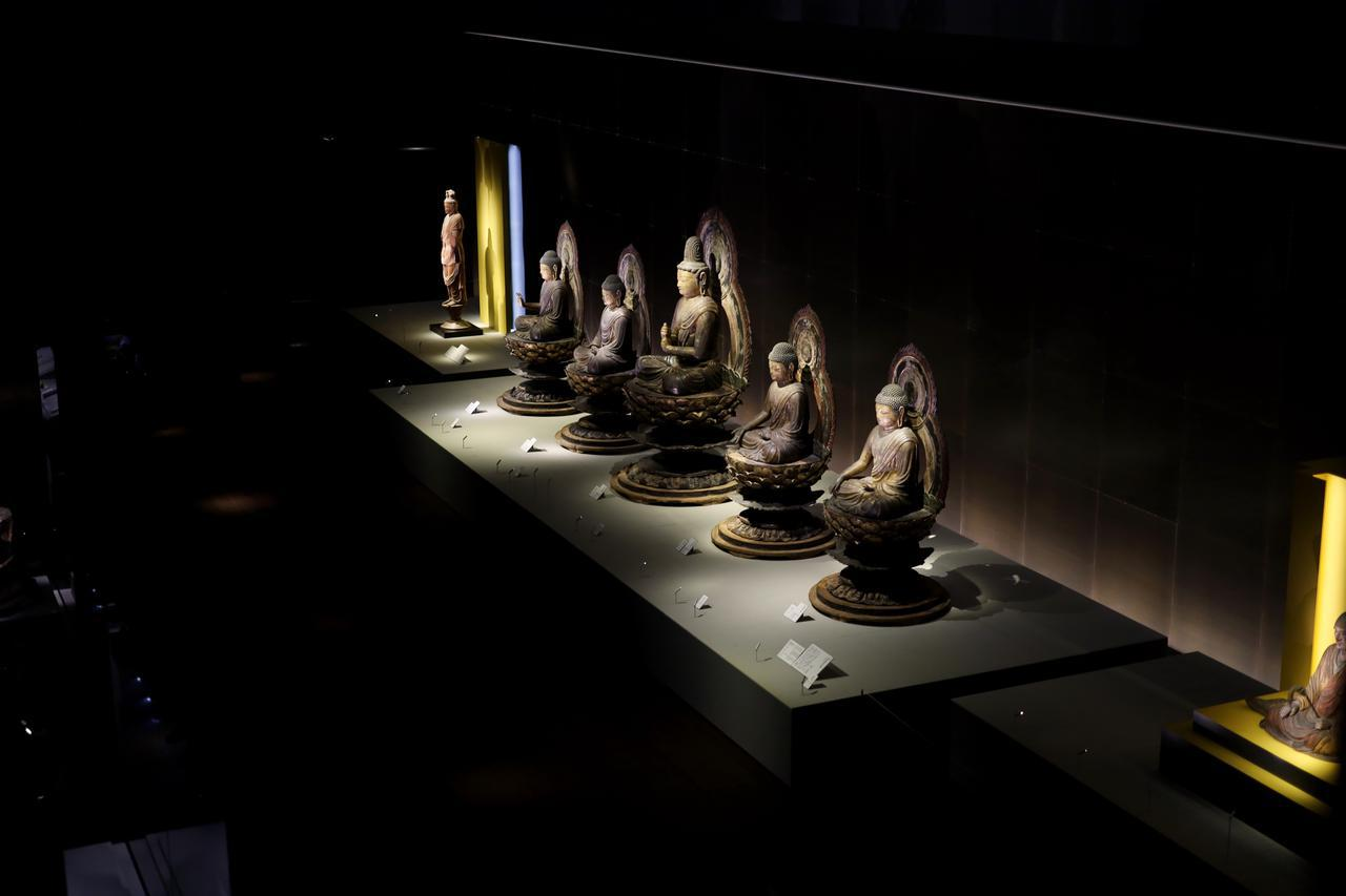 画像: 五智如来坐像 平安時代9世紀 京都・安祥寺 国宝 密教の世界観を図像化した曼荼羅の中心にいる大日如来(中央)と、その大日如来を直接の化身として取り囲む(左より)阿閦・宝生・阿弥陀・不空成就の四如来を表すもので、いわば「立体曼荼羅」の中心