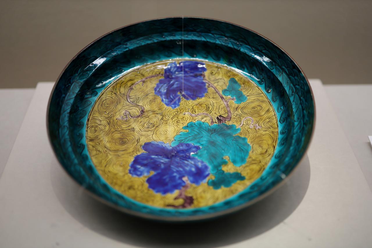 画像: 色絵葡萄文大平皿 肥前 江戸時代17世紀 個人蔵