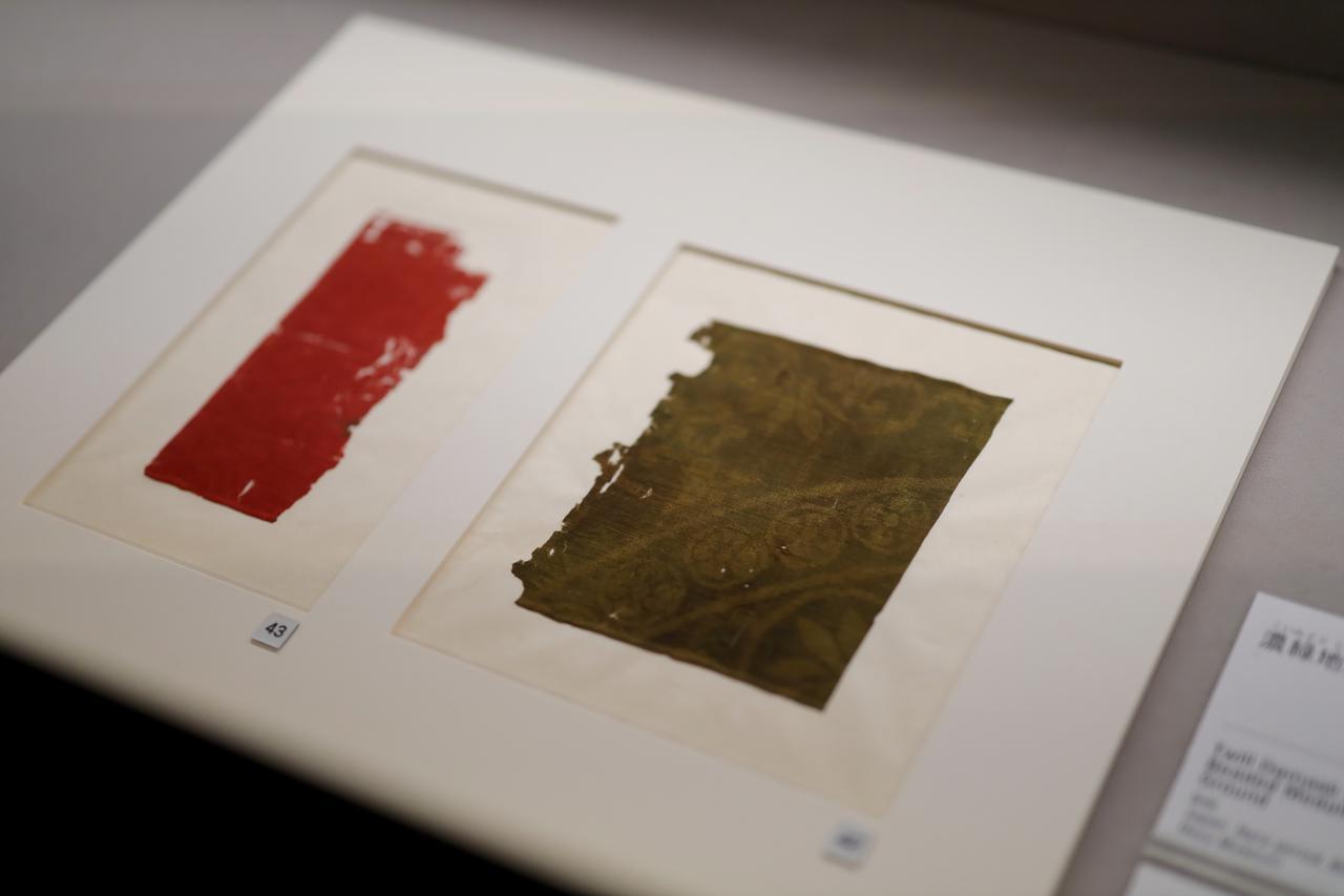 画像: 赤地入子菱文綾 奈良時代 7〜8世紀 濃緑地双龍連珠文綾 奈良時代8世紀 根津美術館蔵