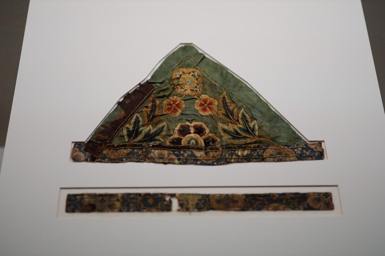 画像: 緑地草花文刺繍 奈良時代8世紀 根津美術館蔵 寺院に掲げられる幡のいちばん上の部分