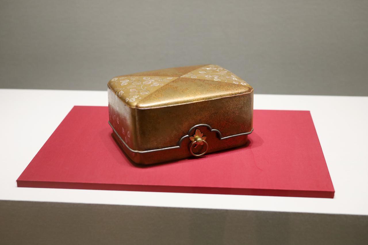 画像: 忍葛蒔絵螺鈿箱(三衣 叡尊料のうち)南北朝時代14世紀 和歌山・金剛峯寺 重要文化財 袈裟を納めるための華麗な肩身代わりデザインの箱。こうしたデザインが流行するのは安土桃山時代で、とても先駆的でモダンなものと言えるだろう