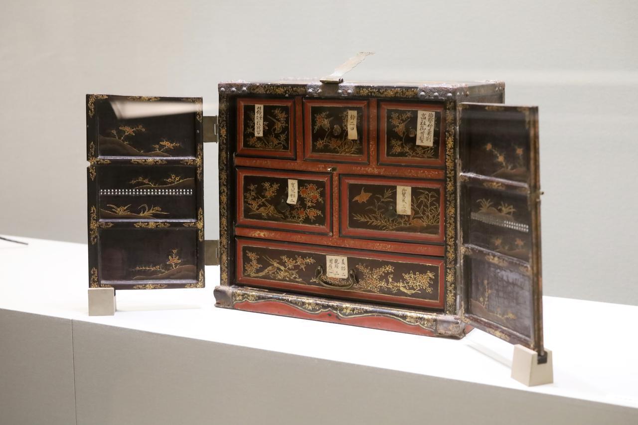 画像: 秘密儀式灌頂法具のうち 花鳥漆絵竹網箪笥 中国・明〜清時代 16〜17世紀 和歌山・龍光院 重要文化財 灌頂で使われる道具を収めるための豪華な箪笥