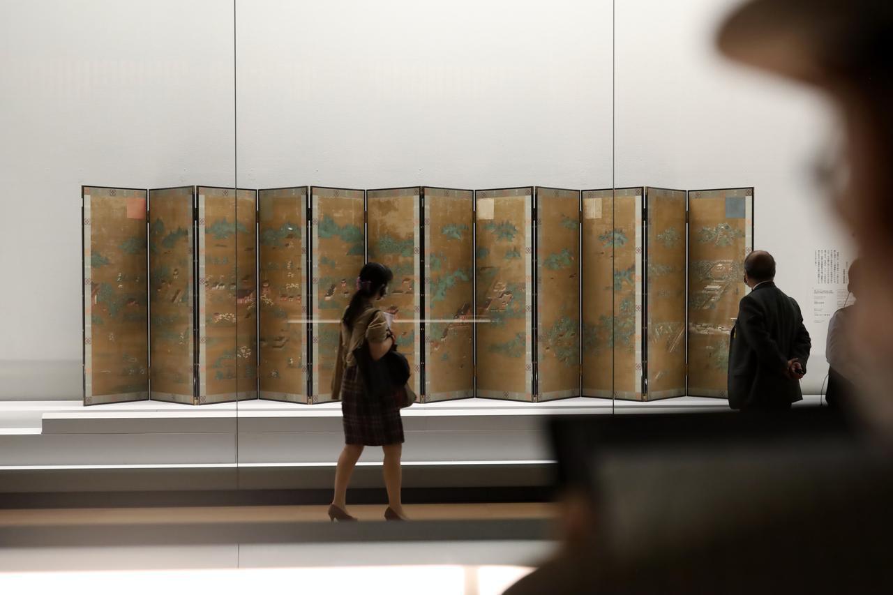 画像: 高野山水屏風 鎌倉時代13〜14世紀 京都国立博物館 重要文化財 真言宗の授戒に当たる「灌頂」の儀式で聖域を区切るために、十二天の神々を描いた屏風と共に、なぜか日本の風景を描いた山水図の屏風が使われた。この屏風は高野山金剛峯寺の風景を四季で描き分けたもの。右端の雪景色は、入定した空海が今も衆生の救済のための修行を地下で続けていると信仰されている高野山の奥の院。 4月20日以降には空海が長く暮らした神護寺(京都)の「十二天屏風」と、高野山金剛峯寺で灌頂に用いられた「山水屏風」が出品される(どちらも重要文化財)。