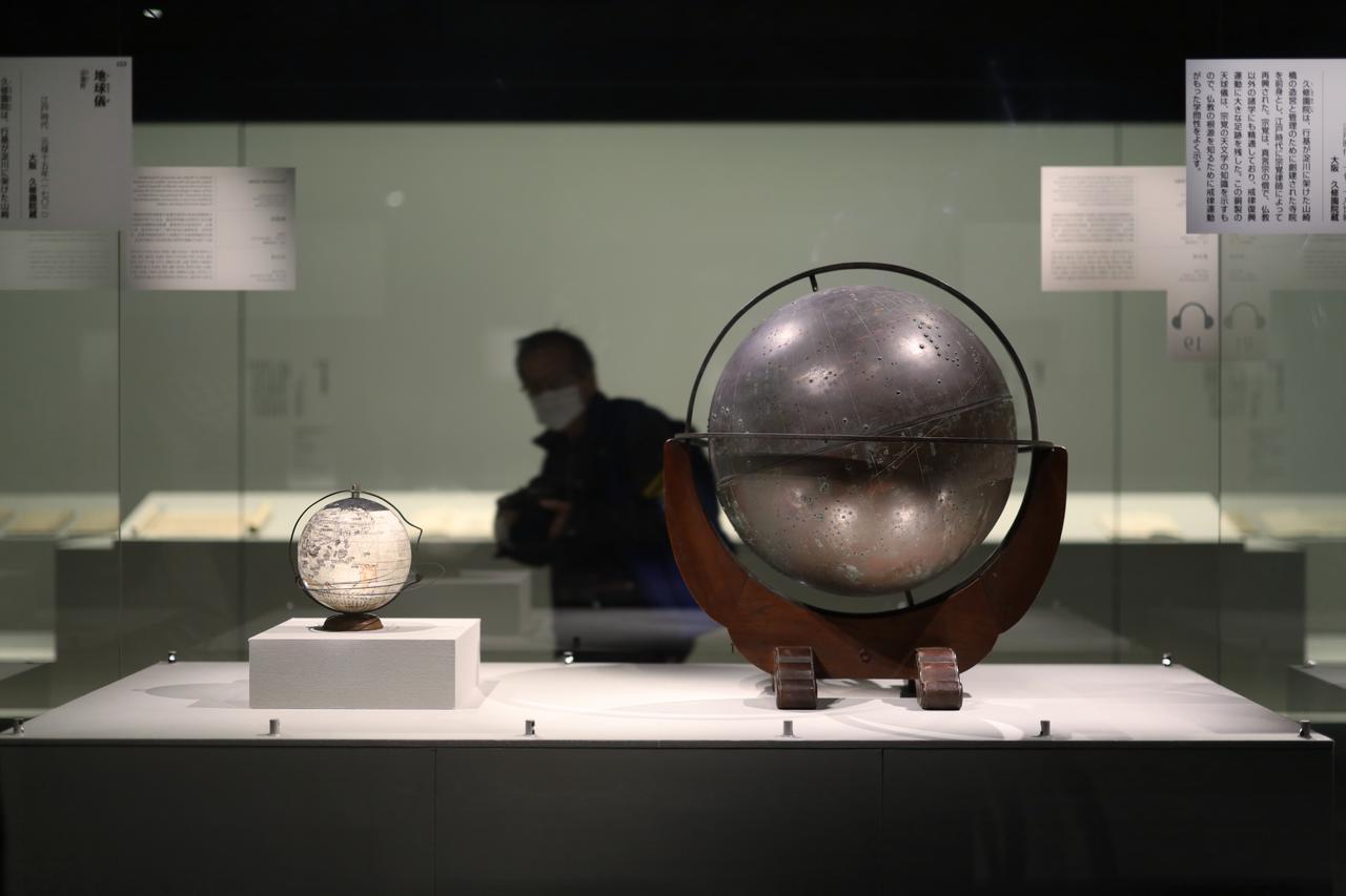 画像: 宗覚 天球儀(右)、地球儀(左)江戸時代17〜18世紀(地球儀は元禄15(1702)年)大阪・久修園院 戒律の研究や仏教史の研究は世界の在り方についての学術研究でもあり、西洋から入って来た新しい科学的知見も研究・思索の対象となった