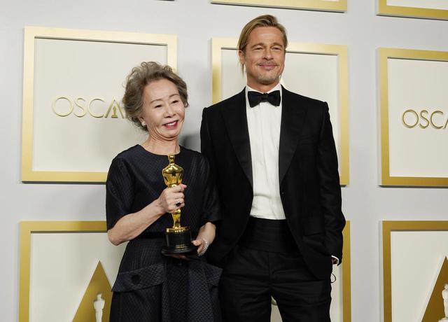 画像: プレゼンターのブラッド・ピットと並ぶユン・ヨジョン Getty Images