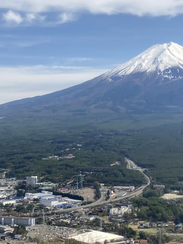 画像: ロープウェイ山頂からの富士山。左下に見えるのは富士急ハイランド ©️シネフィル