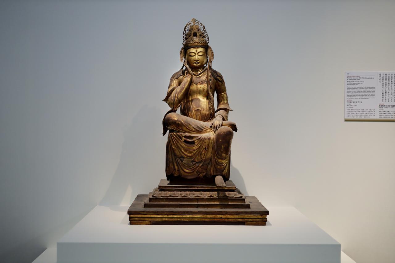 画像: 如意輪観音菩薩半跏像 平安時代11〜12世紀 奈良・法隆寺(聖霊院安置)重要文化財 如意輪観音は平安時代に密教・真言宗が日本に伝えた変化観音のひとつ。聖徳太子建立の四天王寺(大阪)の本尊(現存せず)を写した像で、通常は聖霊院で聖徳太子坐像の隣に安置されている。平安後期から中世にかけて、本地垂迹説にのっとり聖徳太子の本地仏を如意輪観音とする信仰が成立する。 聖霊院に聖徳太子坐像と共に安置され、同じく年に一回の「お会式」の開帳以外は見られない仏像。