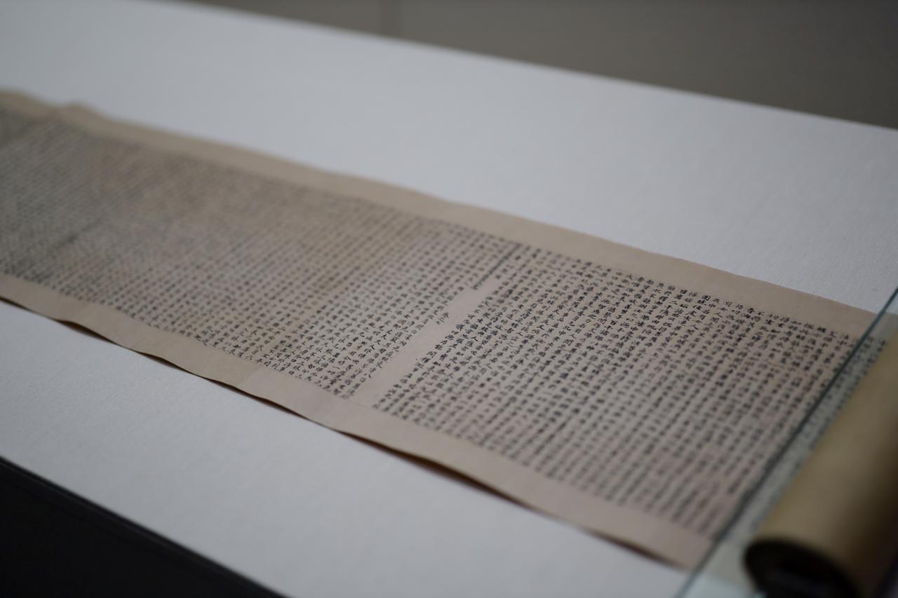 画像: 細字法華経 中国・唐 長寿3(694)年 東京国立博物館(法隆寺献納宝物) 国宝 太子が中国の高僧・慧思(515〜577)の生まれ変わりという説が奈良時代にはすでに成立していて、この経巻はその慧思が所持していたものとして法隆寺に伝来し、そこから「聖徳太子絵伝」にある、太子が小野妹子に中国でこの経を探させて取り寄せたという伝承が生まれた。ただし巻末に記載された年号が太子の死去から72年後でつじつまが合わない。