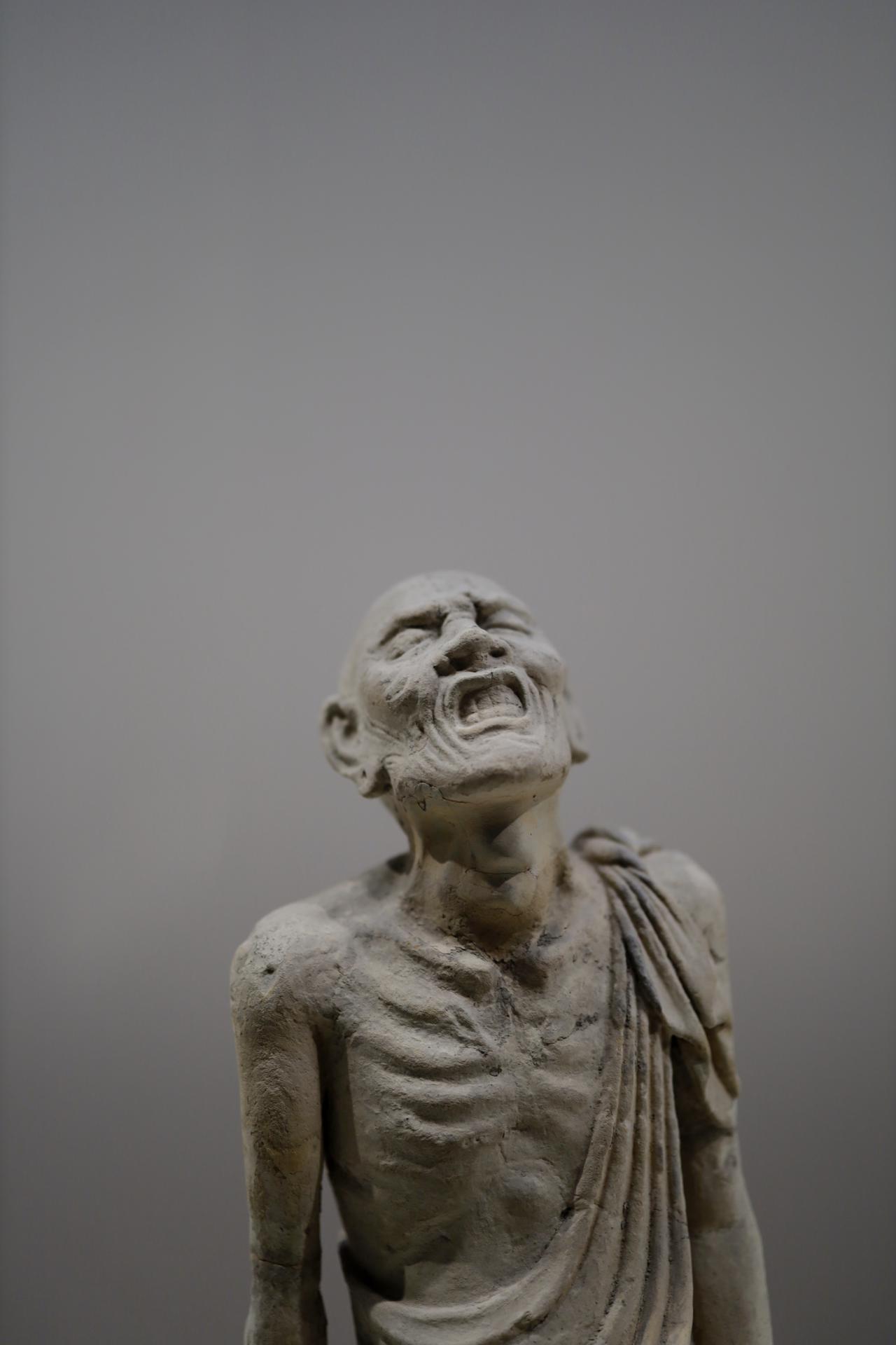 画像: 法隆寺五重塔・塔本塑像群 北面・涅槃図より 羅漢坐像 奈良時代 和銅4(711)年 奈良・法隆寺 国宝 法隆寺の五重塔の初層の四面にはそれぞれに、釈尊の生涯の場面や仏教説話が塑像群で再現されている。この像はなかでも最高傑作とされる釈迦の臨終を描く涅槃で、嘆き悲しむ釈迦の弟子の1人。