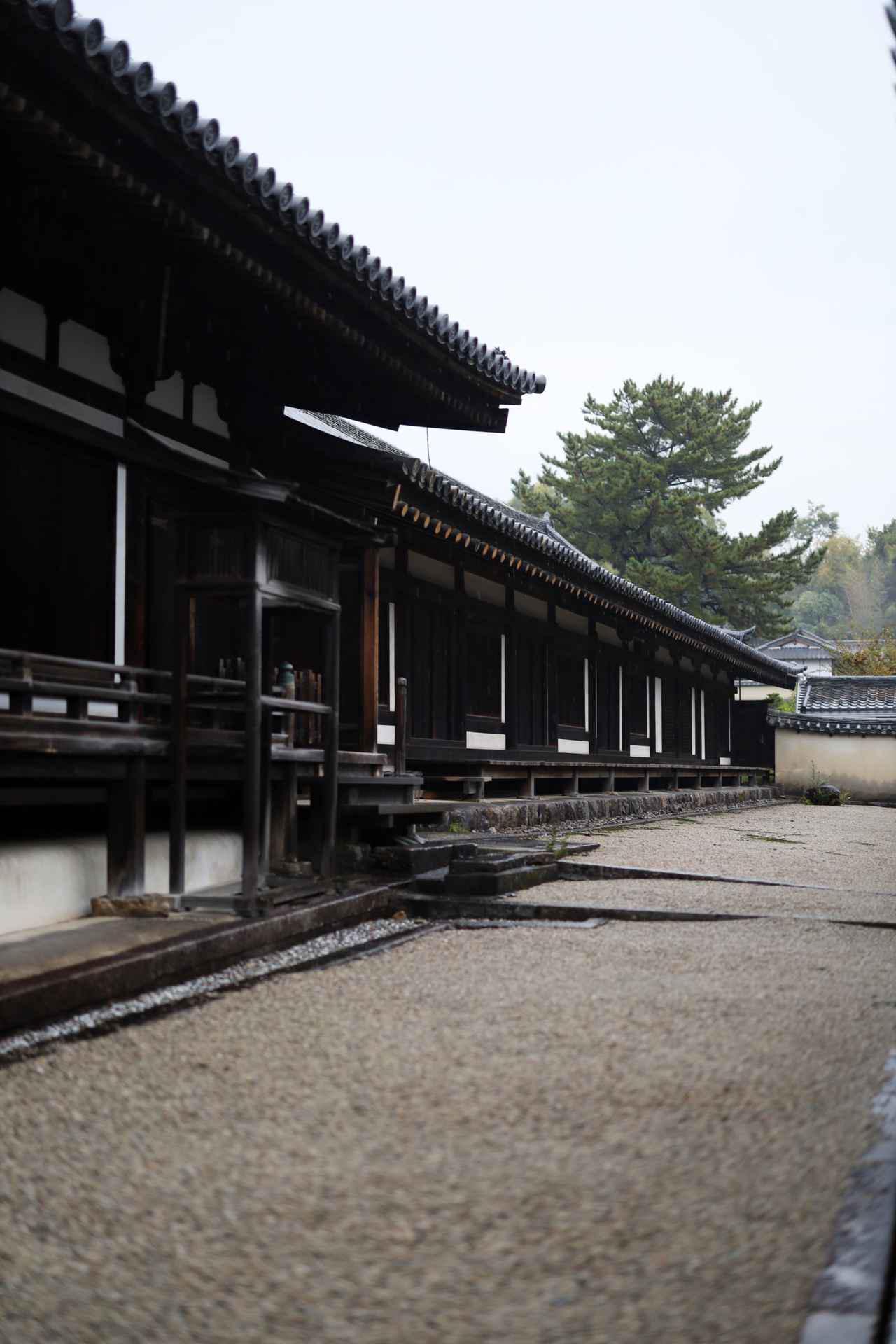 画像: 法隆寺 手前に聖霊院(鎌倉時代)と奥に伸びる東室 (奈良時代) 国宝