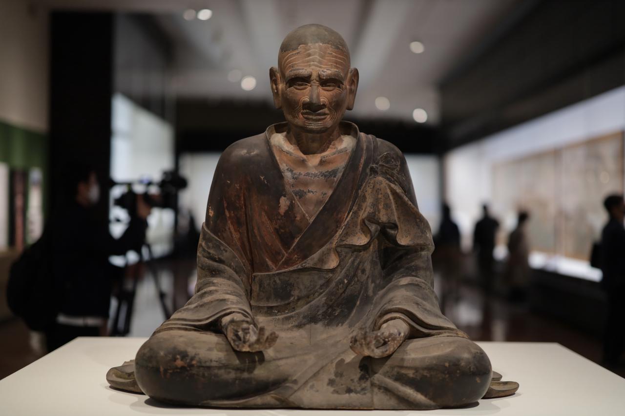 画像: 聖僧坐像(伝 観勒僧正) 平安時代10世紀 奈良・法隆寺(西院・経蔵安置) 重要文化財 観勒は7世紀の百済の僧で推古天皇10(602)年に来日、仏教だけでなく天文学や暦の作り方も伝えたという。聖徳太子の仏教の師として信仰されている