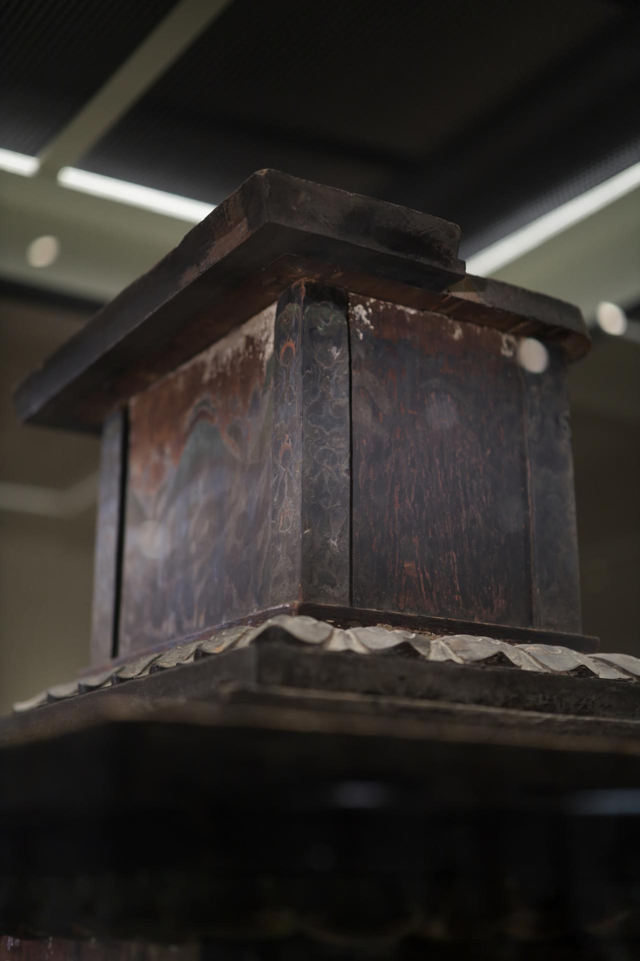 画像: 普段は像がかぶさっていてめったに見ることができない薬師如来の台座の上部・裏側。奈良・法隆寺 国宝