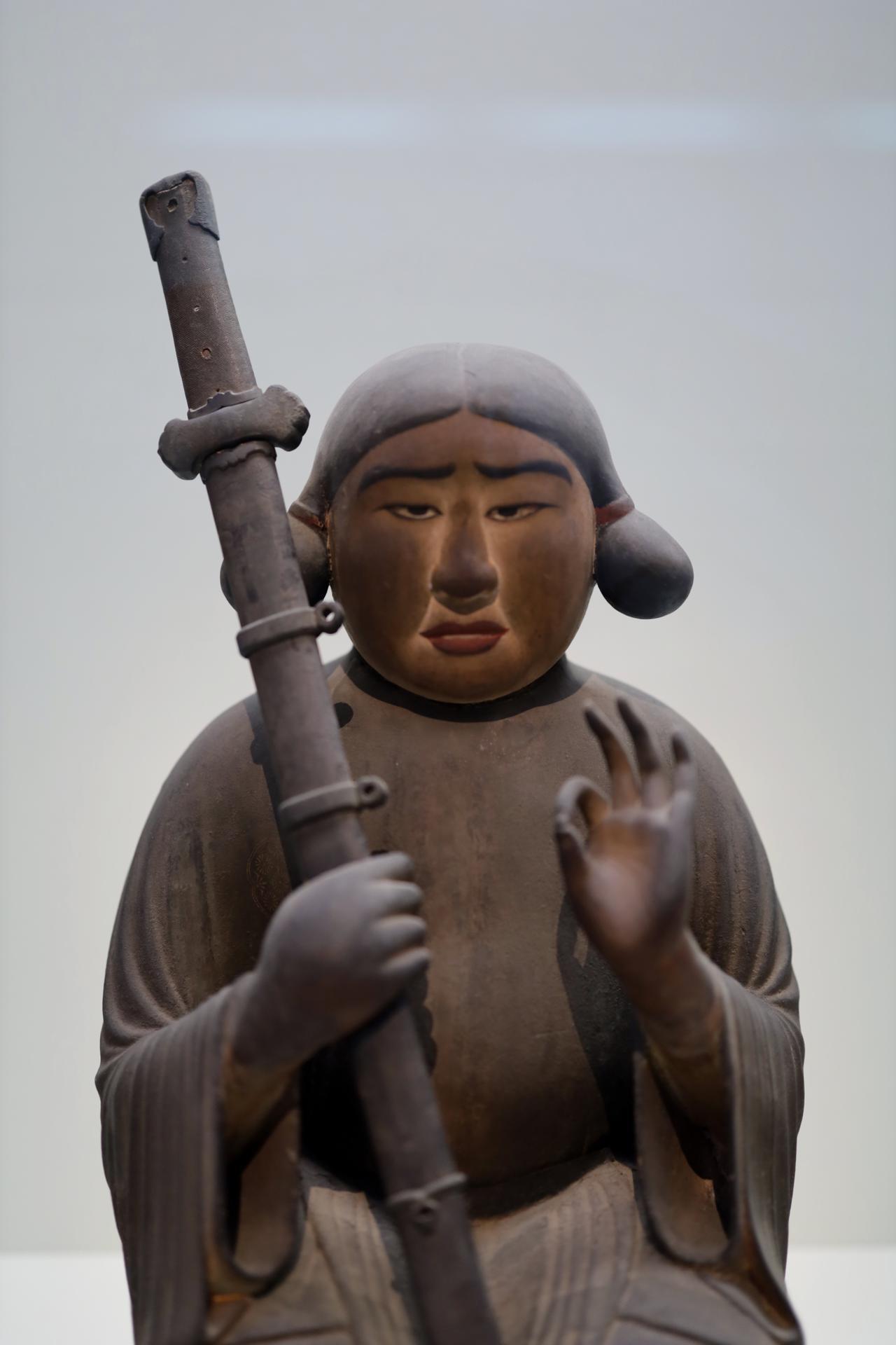 画像: 聖徳太子坐像は衣冠束帯の正装の太刀を着けていないが、その刀を奉じて付き従う弟の卒末呂王