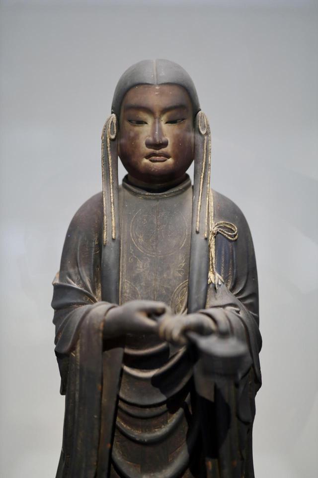 画像: 聖徳太子立像(十六歳像・孝養太子)鎌倉時代 13世紀 奈良・成福寺 重要文化財 父・用明天皇が疱瘡で死の床にあったとき、太子が父を見舞い、仏に柄香炉を奉じて父の快癒を祈った姿