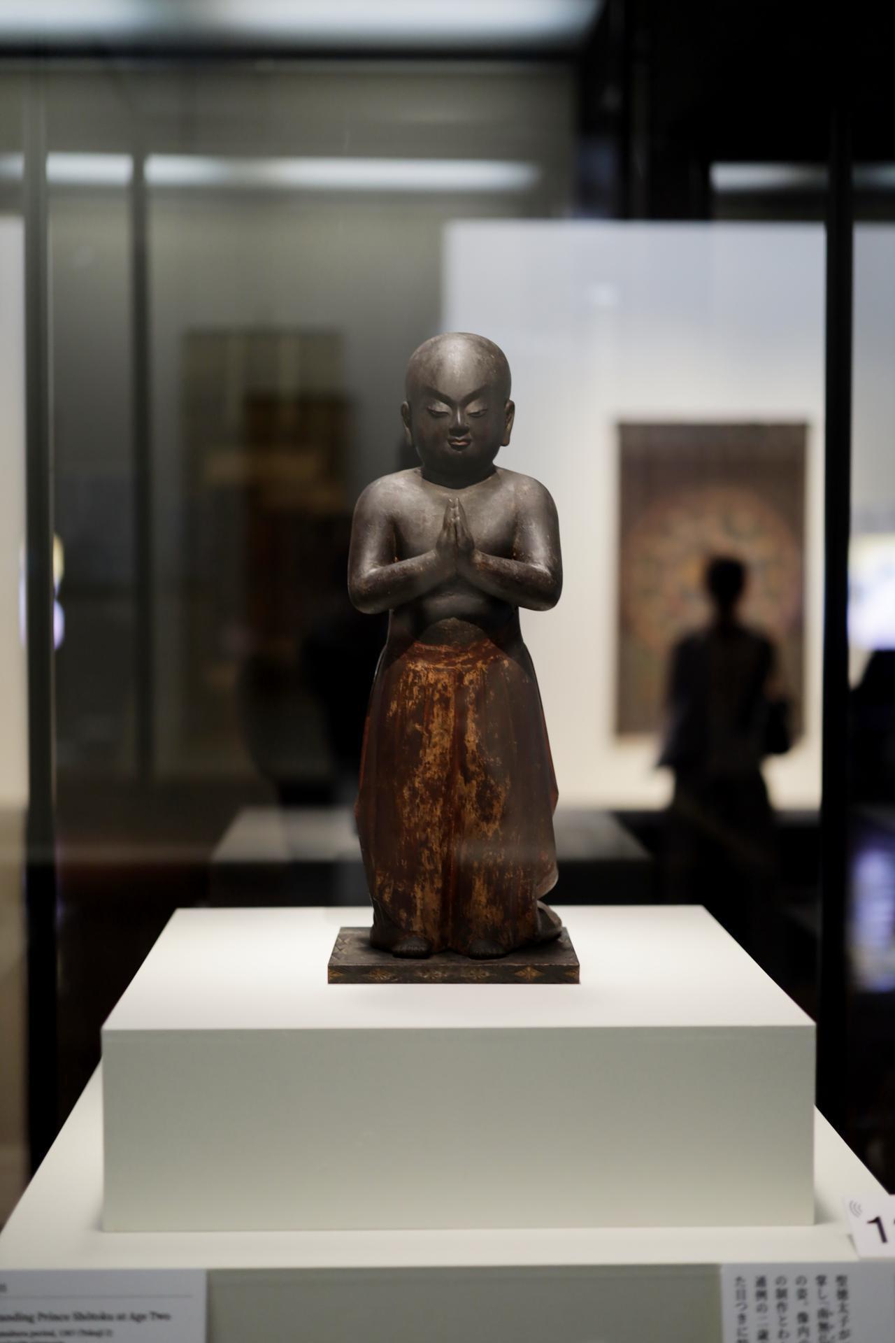 画像: 聖徳太子坐立像(二歳像・南無仏太子)鎌倉時代 徳治2(1307)年 奈良・法隆寺 二歳の時に東を向いて合唱し「南無仏」と唱えたという太子の姿