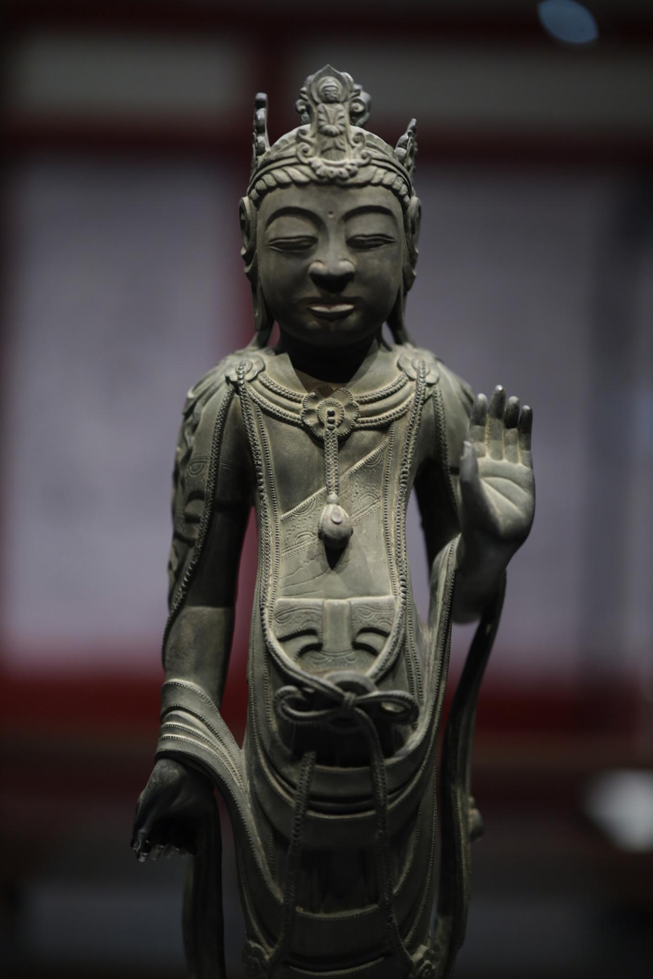 画像: 観音菩薩立像(伝金堂薬師如来像脇侍・左脇侍「月光菩薩」) 飛鳥時代7世紀 かつて薬師如来坐像の両脇に置かれていた金銅の菩薩像で、鎌倉時代にはこの配置になっていたと考えられている。冠に阿弥陀如来の化仏があるので観音菩薩のはずだが、薬師如来の脇侍は月光菩薩・日光菩薩。