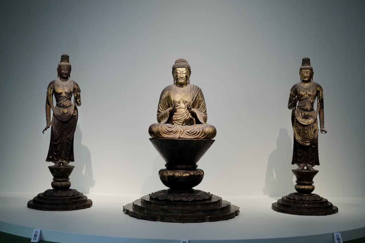 画像: 阿弥陀三尊像 奈良時代8世紀 奈良・法隆寺(東院・伝法堂安置)重要文化財 奈良時代の木芯乾漆像。夢殿の北に位置する伝法堂は非公開のため、この阿弥陀三尊を見られるのは大変に珍しい。