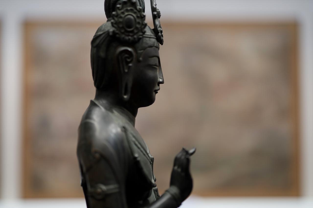 画像: 国宝「夢違観音」は永らく「聖徳太子絵伝」が飾られた東院・絵殿の本尊像だった。元の「絵伝」が皇室に献納されて法隆寺を離れて以来百数十年、江戸時代に模写が描かれた時に差し替えられて以来なら何百年ぶりかで再現された組み合わせ。 観音菩薩立像「夢違観音」 飛鳥時代7〜8世紀 奈良・法隆寺 国宝