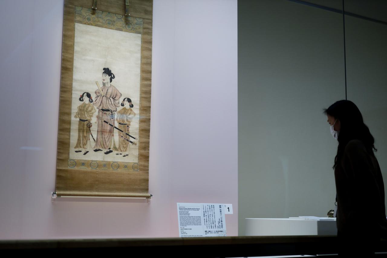 画像: 御物 聖徳太子二王子像 「唐本御影」 奈良時代 8世紀 法隆寺献納・宮内庁 向かって左に太子の弟の殖栗王、右に息子の山背王を描く。「唐本」と呼ばれるのは中国から渡来した画工によって描かれたと伝わるため。長らく法隆寺の東院に伝来し、明治時代に皇室に献上された。「御物」とは皇室・天皇家の所有物・財産のこと。