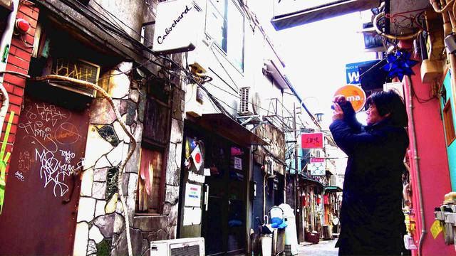 画像: 新宿歌舞伎町でスナップする森山 ©︎『過去はいつも新しく、未来はつねに懐かしい』フィルムパートナーズ