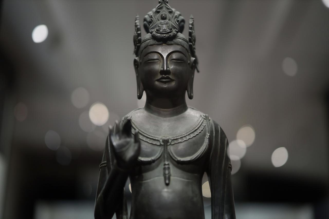 画像: 観音菩薩立像 「夢違観音」 飛鳥時代7〜8世紀 奈良・法隆寺 国宝 下から仰ぎ見る角度。