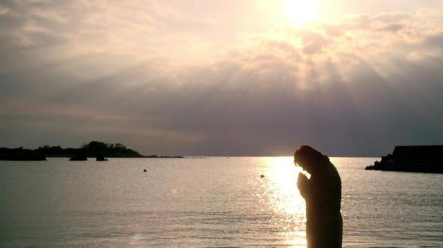 画像: 盟友・中平卓馬と過ごした逗子の海にて ©︎『過去はいつも新しく、未来はつねに懐かしい』フィルムパートナーズ