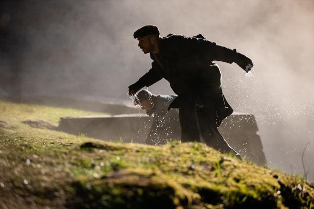 画像: 脱走し山道を駆け上がる二人 ©︎D.N.A., s.r.o., Evolution Films, s.r.o., Ostlicht Filmproduktion GmbH, Rozhlas a televizia Slovenska, Ceska televise 2021