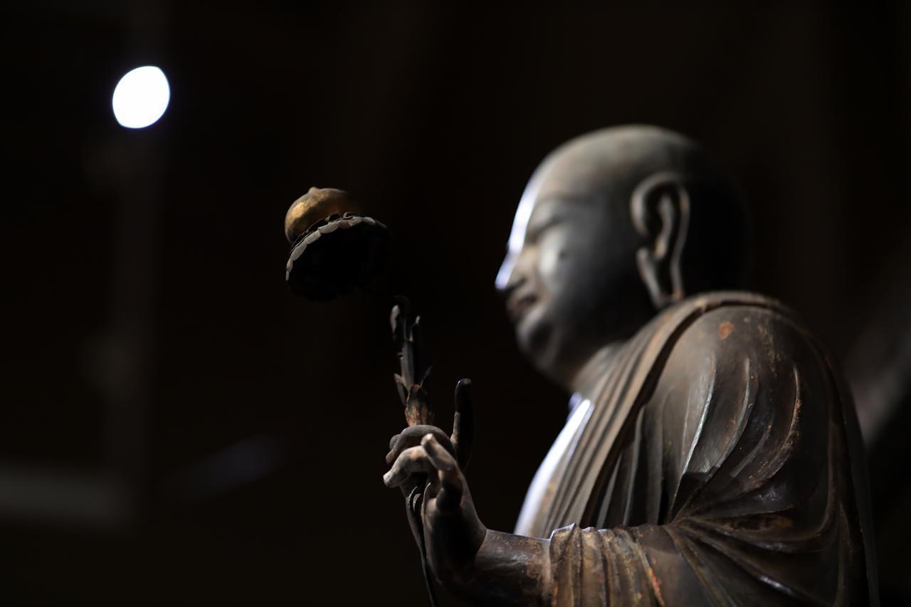 画像: 国宝 地蔵菩薩立像(部分・左腕と宝珠) 平安時代・9世紀 奈良・法隆寺蔵