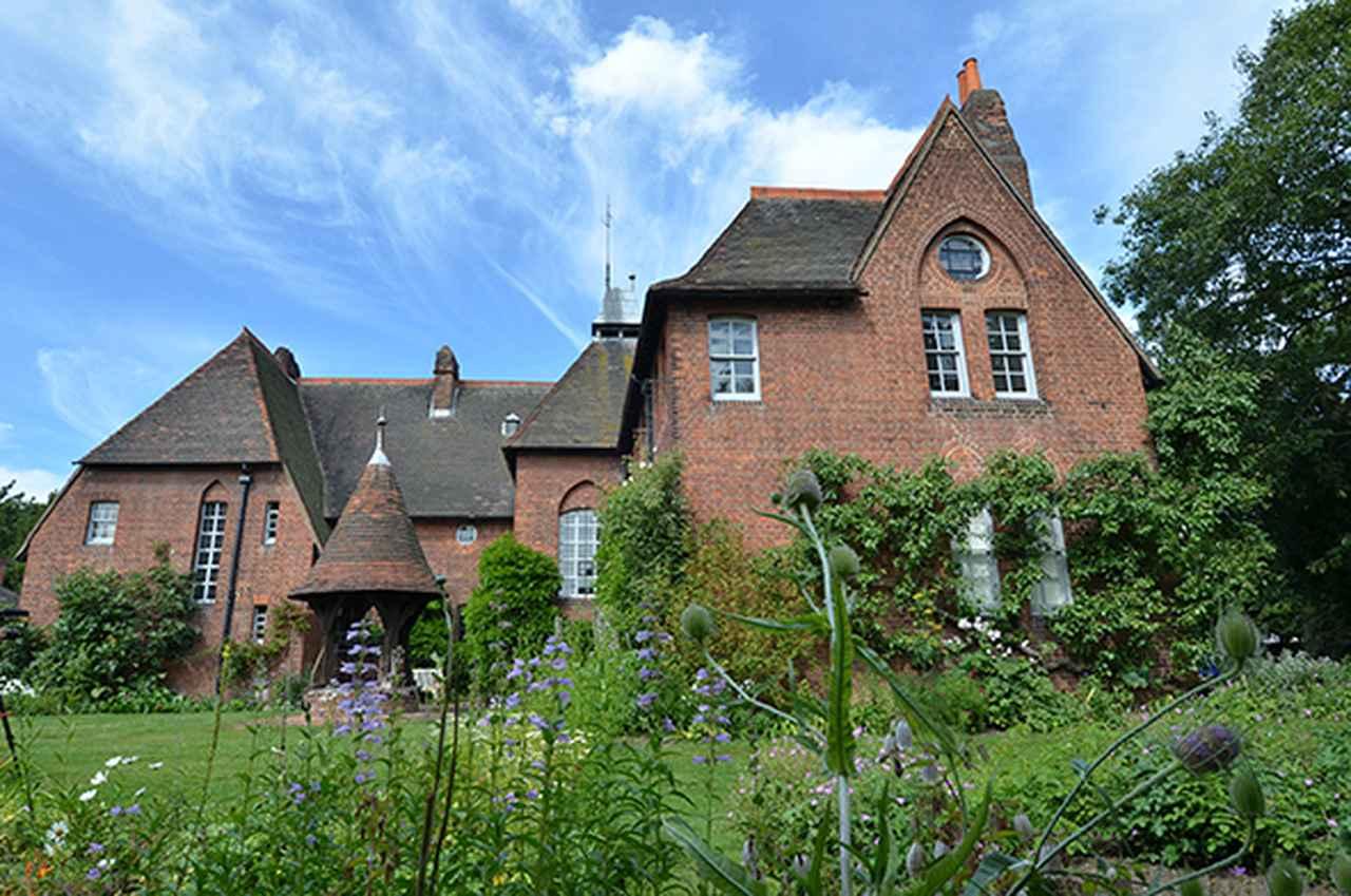 画像: 織作峰子(撮影) 《赤煉瓦の館》 Photo ⓒMineko Orisaku, ⓒBrain Trust Inc. Thanks to the National Trust Red House, Bexley, London タイプCプリント 55.5×84.1cm