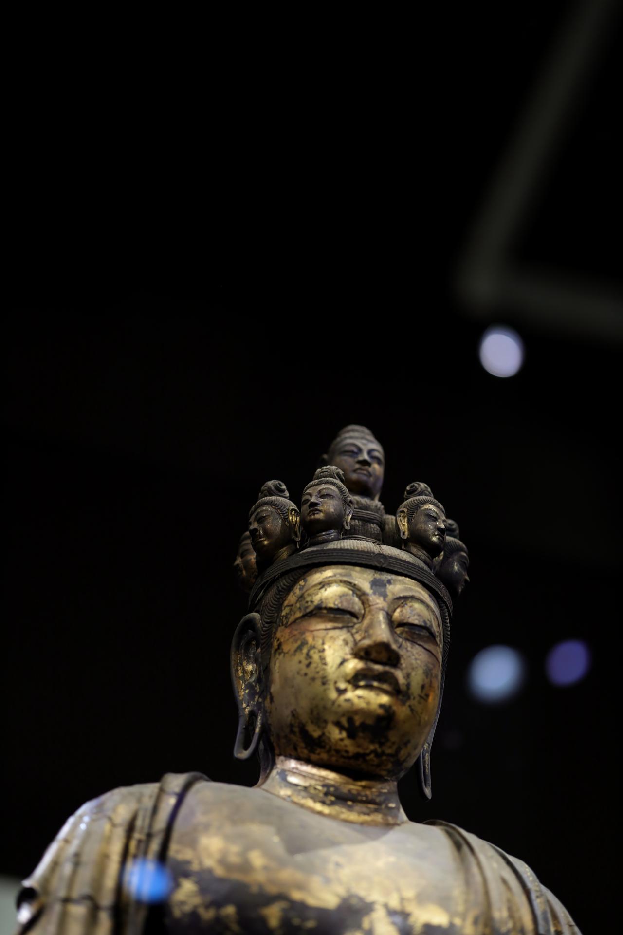 画像: 国宝 十一面観音菩薩立像 (部分) 奈良時代・8世紀 奈良・聖林寺蔵 前から見ると頭上面は正面の菩薩面だけが欠損