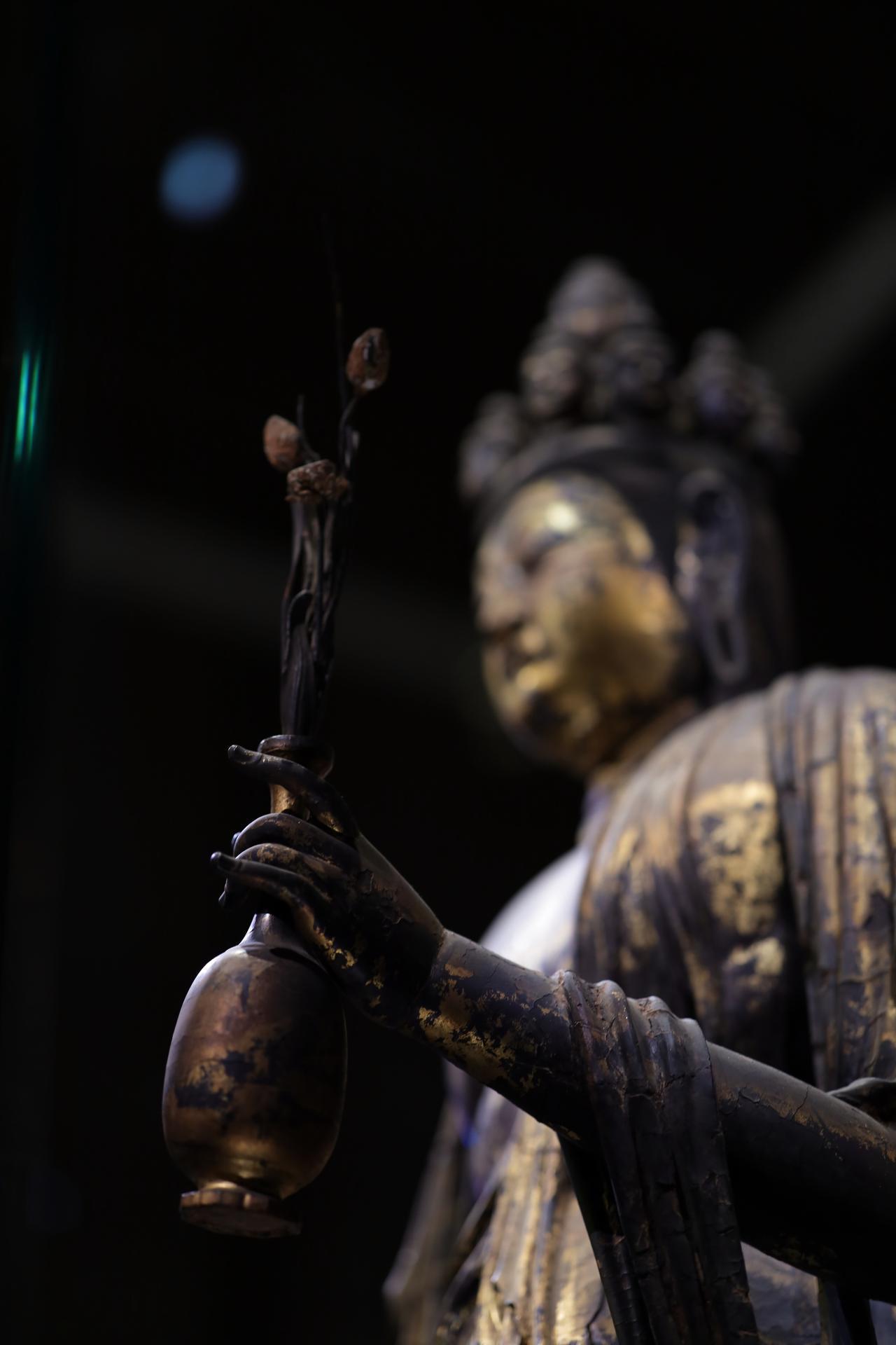 画像: 国宝 十一面観音菩薩立像 (部分) 奈良時代・8世紀 奈良・聖林寺蔵 指は針金を芯に漆にして指の曲げ具合を作り、ペーストを盛り上げて成形されている