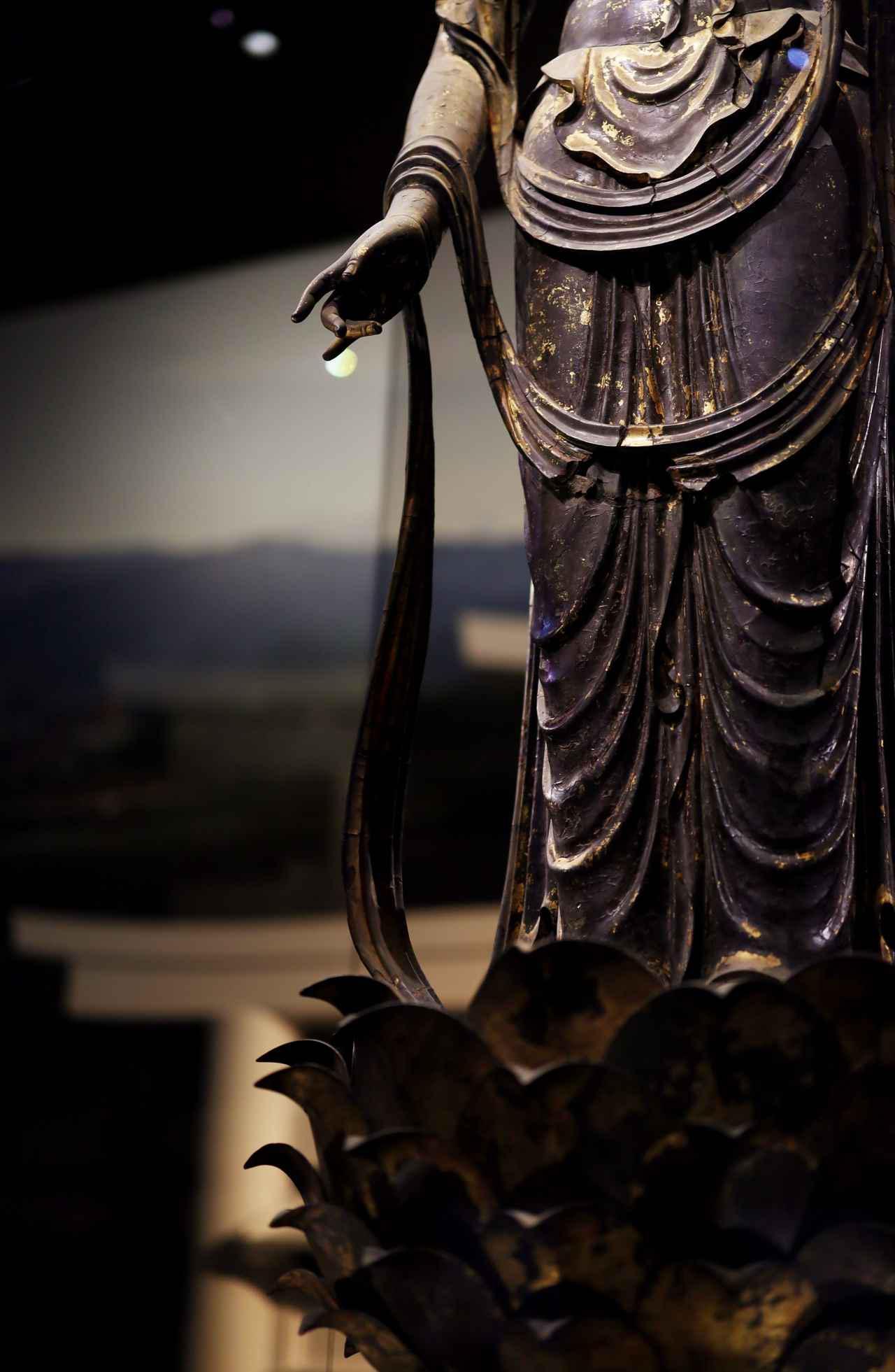 画像: 国宝 十一面観音菩薩立像 (部分) 奈良時代・8世紀 奈良・聖林寺蔵 腕にかけられた天衣が先端までほぼ完全に残る