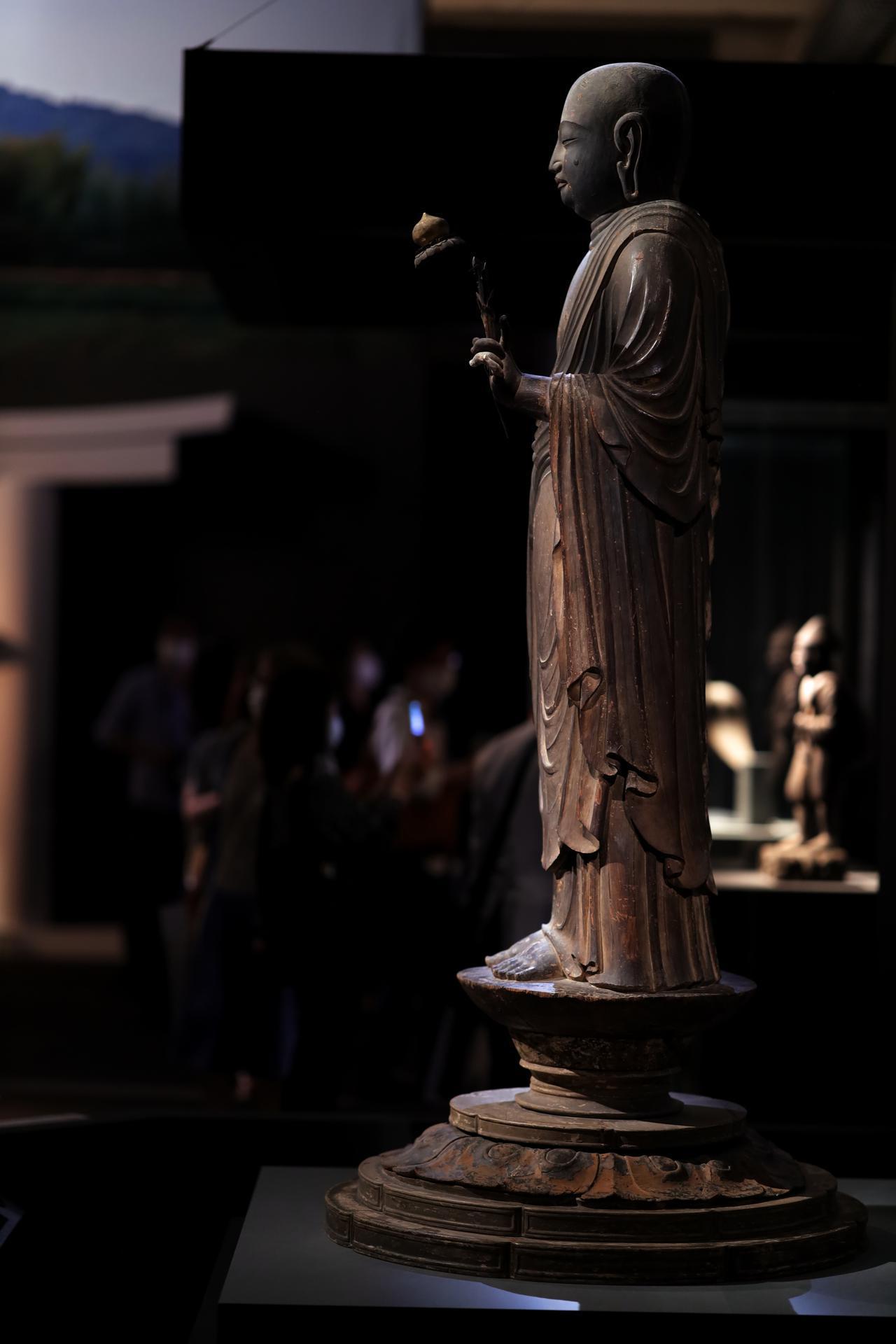 画像: 国宝 地蔵菩薩立像 平安時代・9世紀 奈良・法隆寺蔵 台座の最下部の返り花の部分以外が同じ太さの一本の材木から彫り出されていることが、体の幅と台座の直径からも見て取れる。