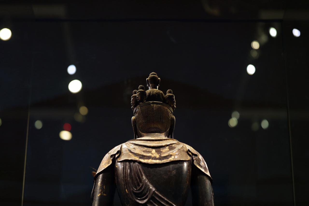 画像: 国宝 十一面観音菩薩立像 (部分・頭部、背面より) 奈良時代・8世紀 奈良・聖林寺蔵 正面以外は真後ろとその右の一面のみ欠損しているだけで、ほとんど無傷のまま残っているのは驚異的
