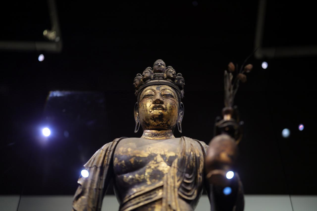 画像: 国宝 十一面観音菩薩立像 (部分) 奈良時代・8世紀 奈良・聖林寺蔵 頭部の中央に配置される仏の顔(化仏)は、菩薩が修行の末に悟りを開いて到達するであろう如来を表す