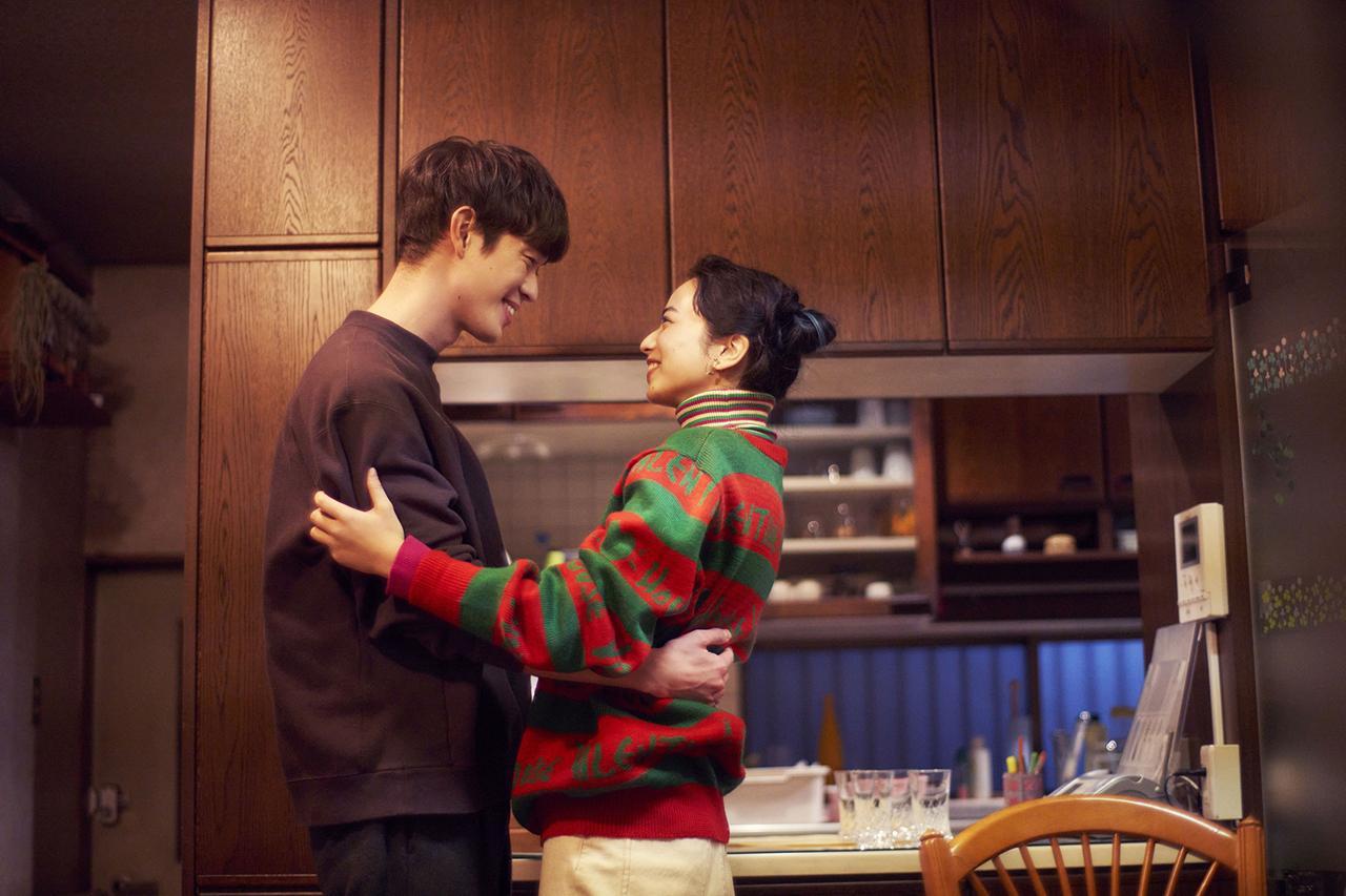 画像: 小松菜奈と宮沢氷魚が恋人役を演じる。 ©2021 映画「ムーンライト・シャドウ」製作委員会
