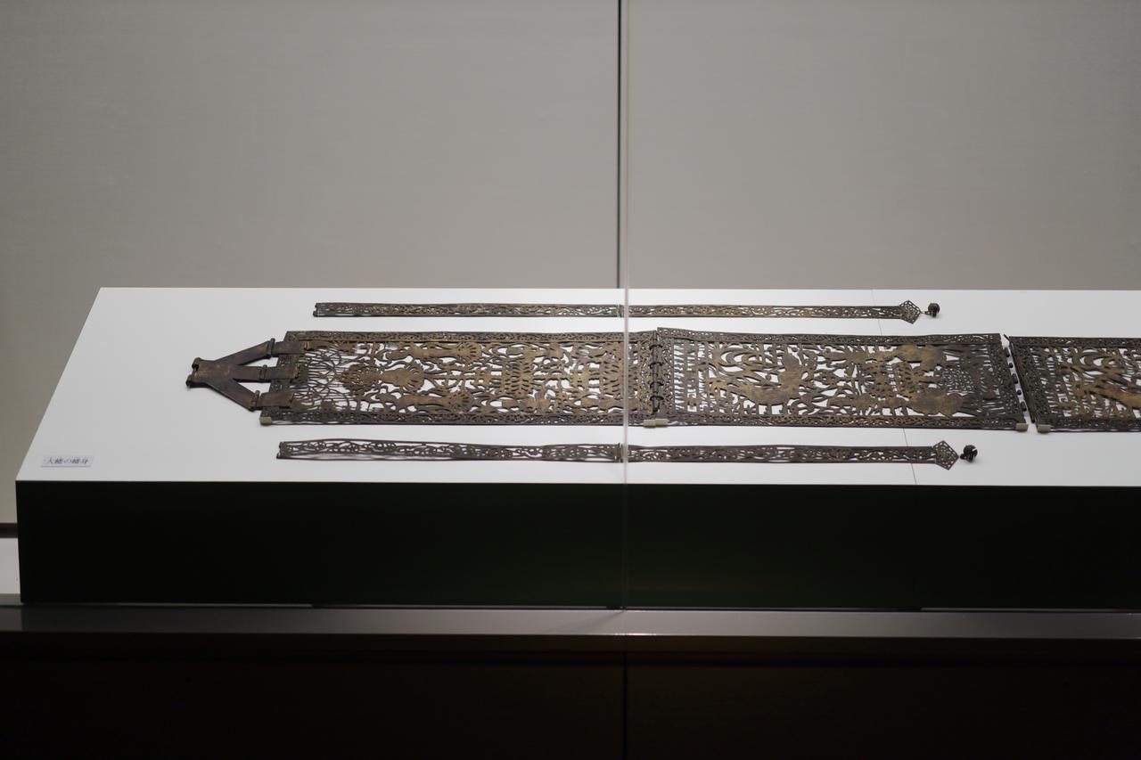 画像: 国宝 金銅幡 飛鳥時代・7世紀 東京国立博物館(法隆寺献納宝物) 太子の長男・山背大兄王とその一族が蘇我入鹿に滅ぼされたあと、太子の娘・片岡女王がその菩提を弔うために斑鳩寺(法隆寺)に奉納したもの。文様が「百済観音」で知られる観音菩薩立像の銅製の装飾に共通し、同じ工房で同時に作られたと考えられる。つまり「百済観音」もこの幡とともに山背大兄王追善のために作られた可能性がある。