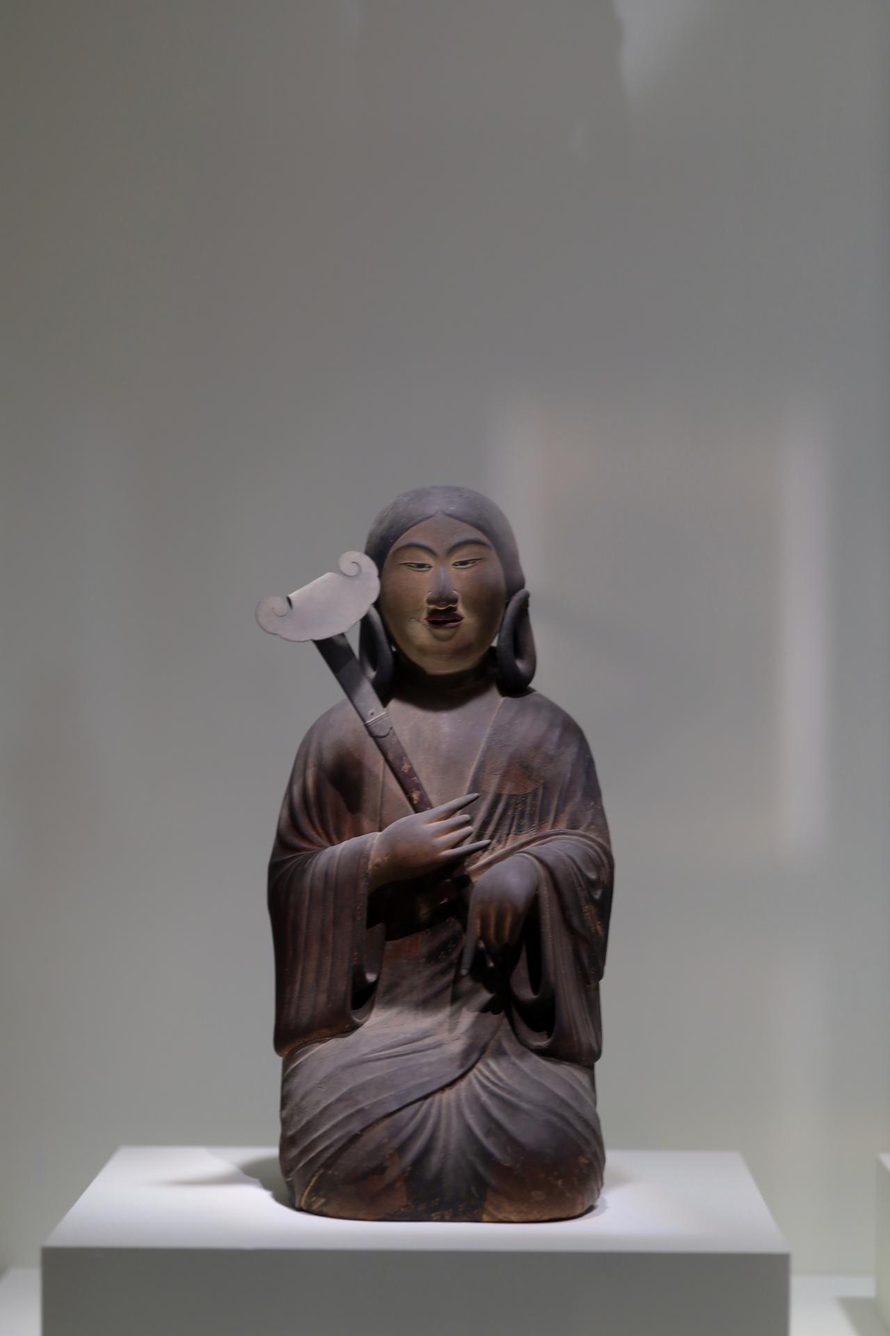 画像: 山背大兄王 国宝 聖徳太子および四侍者像のうち 平安時代・保安2(1121)年 奈良・法隆寺(聖霊院安置・秘仏) 太子の長男で皇位継承争いに巻き込まれて非業の死を遂げた山背大兄王が、みずらを結い少年の姿で表されている。手にした如意の繊細な螺鈿細工にも注目